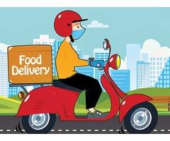 Курьер доставщик еды из ресторанов города.